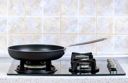 steel pan: la sartén tomada primer plano sobre una estufa de gas Foto de archivo