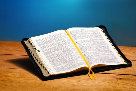 book the bible 版權商用圖片 - 97041276