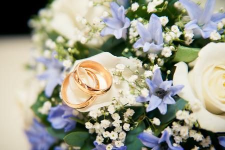 Braut In Einem Pelzmantel Hält Einen Blumenstrauß Der Blauen Und ...
