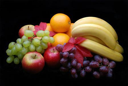 Selección de la fruta en un fondo negro  Foto de archivo