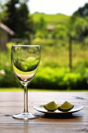 dessert plate: bicchiere di vino e limone sul piatto da dessert