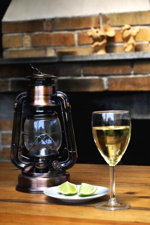 dessert plate: bicchiere di vino, lampada e limone sul piatto da dessert Archivio Fotografico
