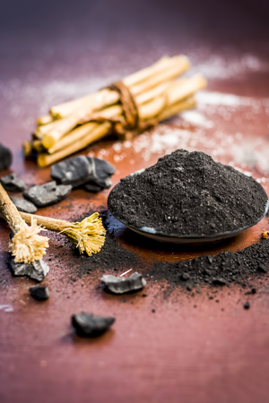 Mixture or ingredients of the traditional toothpaste made in Asia i.e. Coal powder,powder of neem bush,and clove. Standard-Bild