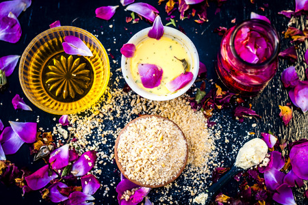 Ayurvedic ubtan of Rose water,gram flour,oats and rose petals or face pack on wooden surface helps in removing pimples,dead skin and smooth  the dried skin and give a moisture. 免版税图像