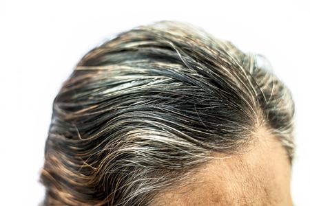 Colpo sul retro di una donna anziana che mostra i suoi capelli bianchi isolati su bianco.