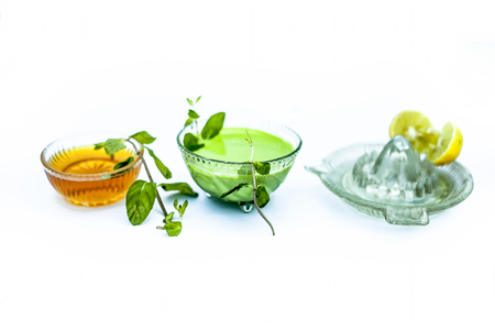 Close up of face pack of mint leaves with honey and lemon juice isolated on white used fade acne scars and blemishes. Stock Photo - 122985255