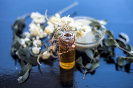 Herbal and floral essence or concentration of drumstick flowers along with its paste on wooden surface. Imagens