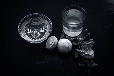Kruidenontgiftende aloë vera ijsthee in een groot transparant glas met volledige ingrediënten die sinaasappel- en citroensap, theeblaadjespoeder, kokoswater en honing en aloë vera-gel zijn.