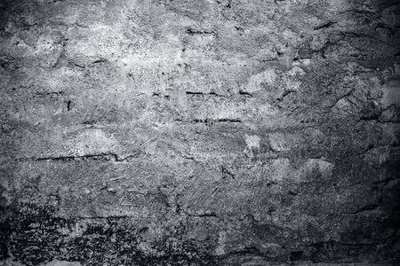 Zamknij się strzał tekstury lub tła ściany z cegły lub ściany adobe z niektórych zielonych i suszonych alg na nim.