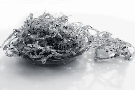 Célèbre plat de collation indien et gujarati dans une plaque de verre transparente isolée sur blanc, c'est-à-dire boule de pomme de terre et sagou chakli ou aloo et sabudana ni chakili. non cuits ou crus séchés. Banque d'images