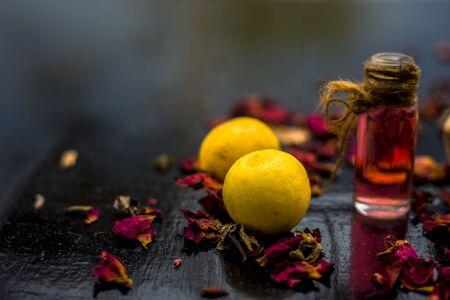 Beste günstige DIY-Gesichtsmaske für Aknenarben von Multani Mitti oder Mulpani Mitti auf der Holzoberfläche bestehend aus Zitronensaft, Fullererde und etwas Rosenwasser.