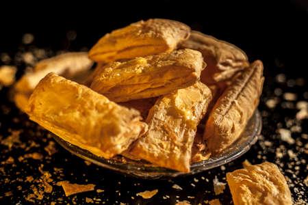 Close up shot of Gujarati famous tea-time snack dish Bhavnagiri gathiya in a serving plate. Shot of freshly prepared thikkha bhavnagari gathiya in a serving plate. 免版税图像