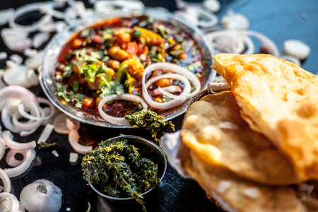 Indian styled meatballs or kabab or kebab on glass plate along with sprinkled cut green chilies and onion rings plus lemon. 免版税图像 - 159249064