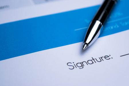 contrato de trabajo: Acuerdo - firma de un contrato Foto de archivo