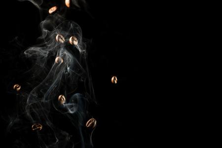 커피 콩 검은 배경 위에 통 연기를 아래로 떨어지고 - 절연 스톡 콘텐츠