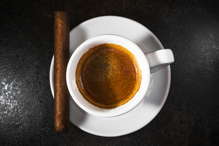 Cigar with a cup of espresso coffee Imagens
