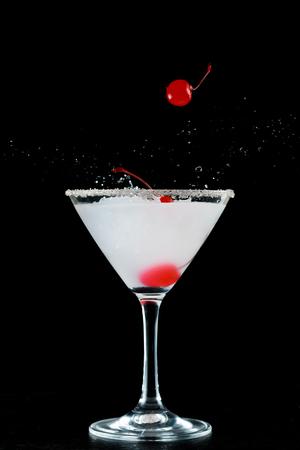Stilvolle Cocktail mit Kirsche Standard-Bild - 53442014