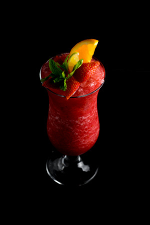 Fresh summer strawberry smoothie cocktail isolated Imagens