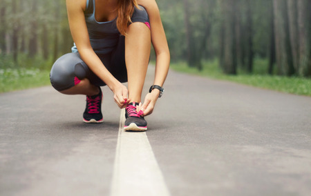 coureur: jeune femme sportive pr�parer � courir au d�but de matin brumeux dans la belle for�t de la nature, le concept de bien-�tre
