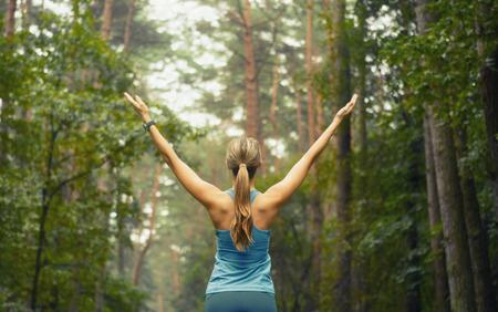 生活方式: 健康的生活方式健身運動的婦女在早上森林面積早跑步,健身健康生活方式的理念