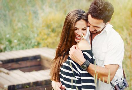 jezior: Romantyczna para szczęśliwa w miłości i zabawy z stokrotka na zewnątrz jezioro w letni dzień, piękno natury, harmonii koncepcja