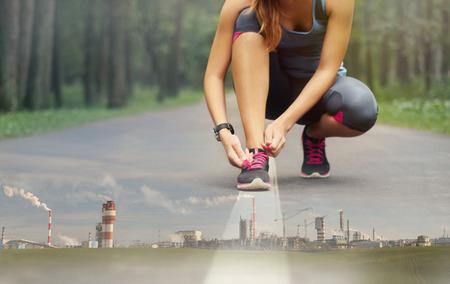 ser humano: doble exposición del deporte ser humano sano en el hermoso bosque de la naturaleza y de la empresa industrial, el concepto de bienestar