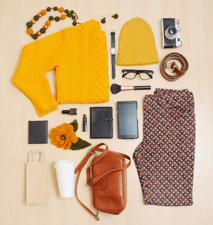 fashion: Conjunto de moda de ropa y accesorios para el otoño, el concepto de moda