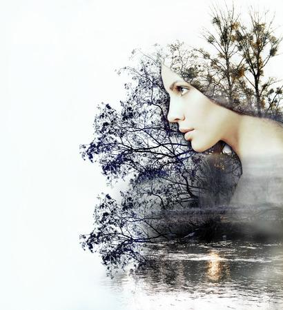 exposicion: doble exposición abstracta de la mujer y la belleza de la naturaleza en la puesta de sol en el río, concepto abstracto Foto de archivo