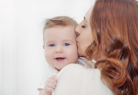 recien nacido: madre y su beb� reci�n nacido, el concepto de maternidad, imagen suave de la hermosa familia Foto de archivo