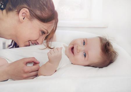 madre y su bebé recién nacido, el concepto de maternidad, imagen suave de la hermosa familia Foto de archivo
