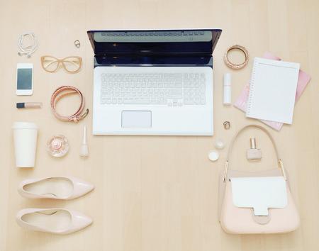 moda: Stylowy przypadkowy zestaw komputera i rzeczy kobiety miejskiej w stonowanej kolorystyce, koncepcji mody