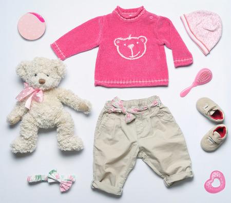 아기: 여자 아기 옷과 장난감 물건, 아기 패션 개념의 상위 뷰 패션 트렌디 한 모습 스톡 콘텐츠