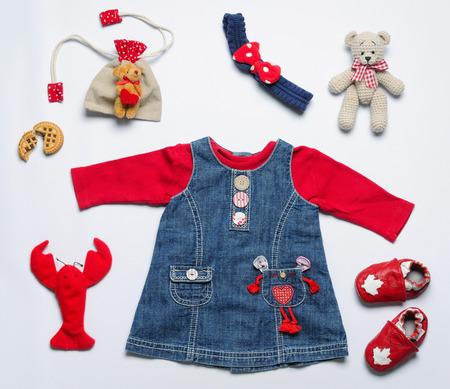 pohled shora módní trendy vzhled holčička oblečení a hraček věci, dětská módní koncept Reklamní fotografie