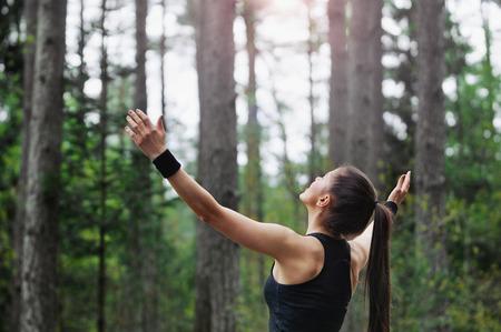 ライフスタイル: 森林面積、健康的なライフ スタイルのコンセプトで早朝に走っているヘルシー フィットネス スポーティな女性