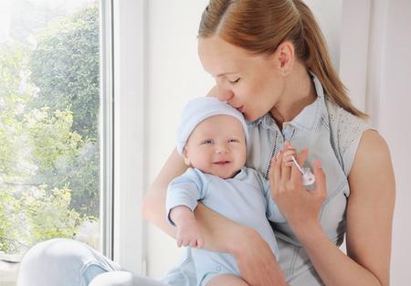 recien nacido: madre y su bebé recién nacido, el concepto de maternidad, imagen suave de la hermosa familia Foto de archivo