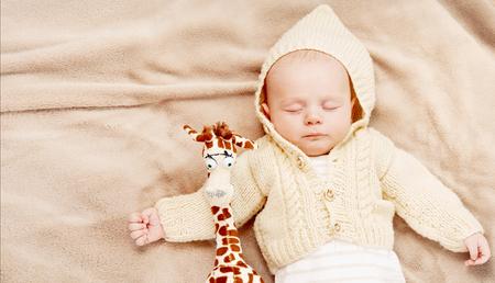 slapende schattige pasgeboren baby, kraam concept, zachte afbeelding van prachtige familie