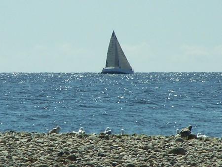紀元前の太陽の海岸に沿って航行ボート クルージング
