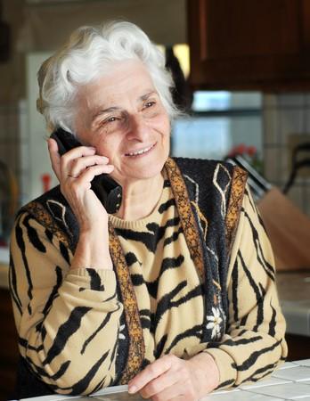 Portrait d'une femme senior parle au téléphone