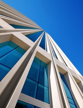 bleu ciel au dessus de l'immeuble de bureaux