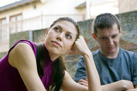 Difficultés relationnelles: jeune couple, après avoir un conflit Banque d'images