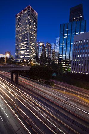 Circulation dans le centre-ville de Los Angeles au coucher du soleil