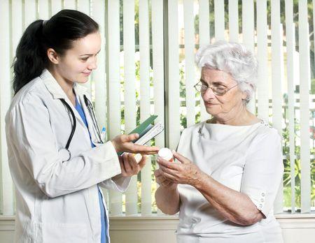 Jeune femme médecin avec de hauts responsables du patient