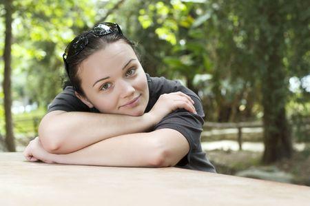 Belle jeune fille rêve dans le parc