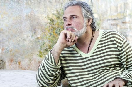 Homme d'âge mûr à l'extérieur, la pensée Banque d'images