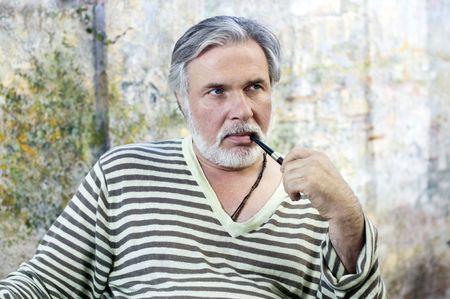 Portrait d'un tuyau d'homme mûr tabagisme