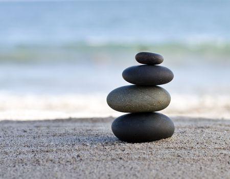 zen stones: Piedras de estilo zen por el oc�ano. Poca profundidad de campo Foto de archivo