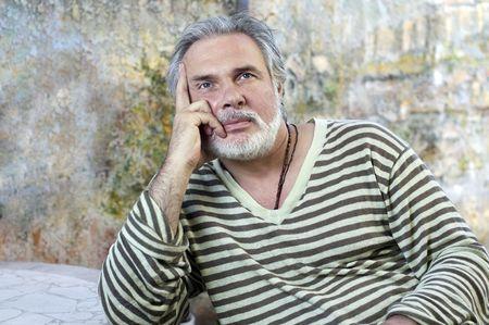 Portrait d'un homme qui pense d'âge mûr