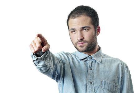 Jeune homme beau pointant avec son doigt.