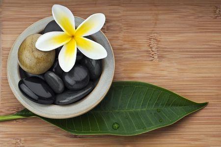 Spa still cadre de vie, avec la fleur, le bambou et le massage aux pierres Banque d'images - 5380751