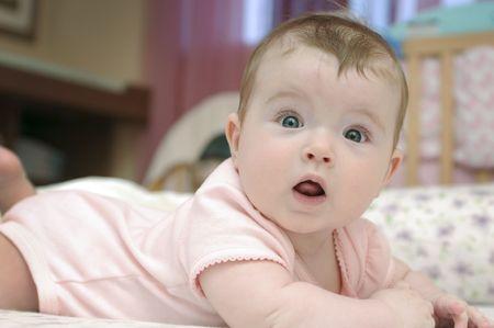 Portrait de gros plan de bébé adorable fille regardant caméra Banque d'images